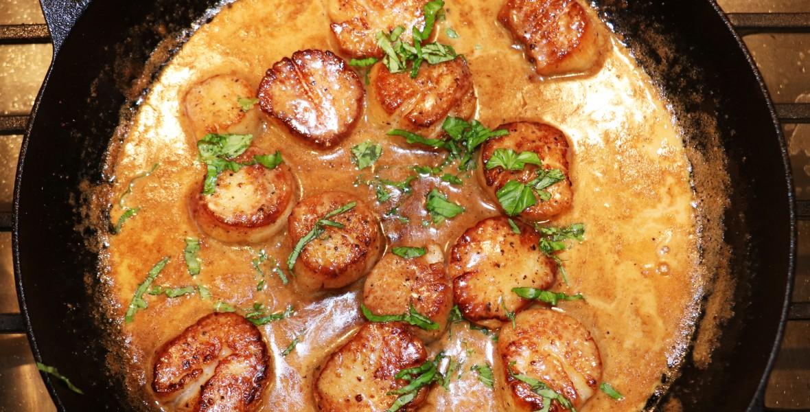 Pan Seared Scallops with Garlic Cream Sauce
