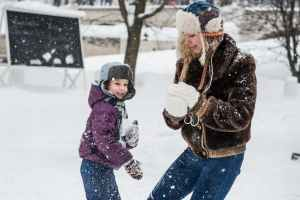 Child and mom snow ball fight